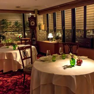 中世ヨーロッパを彷彿とさせ、贅沢な一時を過ごせるレストラン