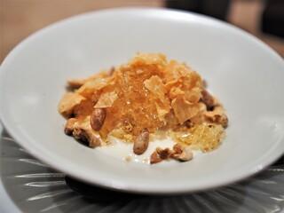 虎白 - 焦がし砂糖のアイスクリーム 焼き胡桃 松の実 ラム酒のソース