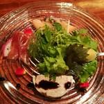 76033196 - ガラスプレートに美しい盛り付けの前菜が4種、冷菜盛り合わせ