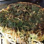 お好み焼 はな - 焼き上がり。甘いソースと辛いソース、魚粉など色々かけて出来上がり