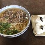 本家人力うどん - 料理写真:肉うどん 大盛=490円 白おにぎり=110円