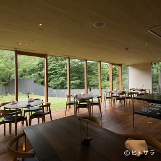 歴史が薫る奈良・水門町。東大寺の森を望むモダンなダイニング