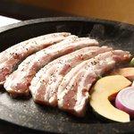 カチモゴ - これがトンちゃんコースの豚三枚肉。甘みがある