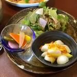 ジャム cafe 可鈴 - かぶの柚子和え(画像右)、自家製ピクルス、グリーンサラダ