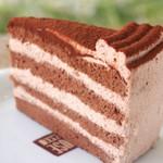 セカンドハウス - ふわふわのチョコスポンジにチョコクリーム。定番の「チョコレートケーキ」はとっても上品なセカンドハウスのおひめさま