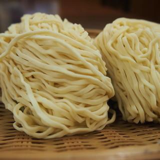 麺は丸ぼしオリジナルの麺を使用しています。
