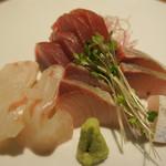 76062332 - 夕食の鯛、鮪、かんぱち どれも美味しい!