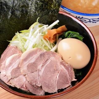 太麺に絡みつく濃厚魚介豚骨スープの『魚介豚骨つけ麺』