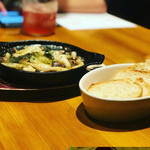ナポリピッツァ オイスター&ワイン 大曽根バル オイスターズ - 牡蠣のアヒージョ バケット添え