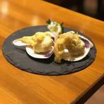 ナポリピッツァ オイスター&ワイン 大曽根バル オイスターズ - 蛤の天ぷら 塩とレモンでいただきました