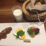 山荘無量塔 - 洋食サラダ パン、自家製ソーセージ