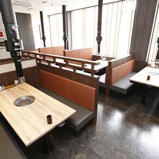 開放感あふれるテーブル席、個室もございます◎