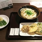 76071035 - 温かけうどん(小)と野菜天盛を注文しました。ネギ、生姜、揚玉はセルフです。