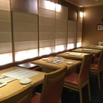 酒菜の肴 遊食家 - 入り口のテーブル席
