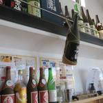 哲麺 - カウンター席上のお酒たち