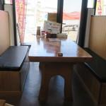 哲麺 - テーブル席の様子