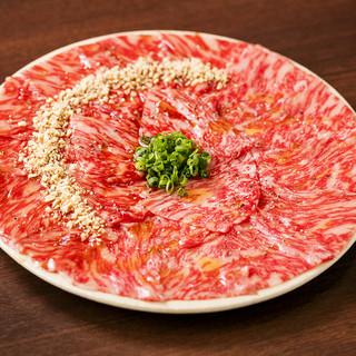 牛タンやユッケもご用意。おいしいお肉を是非ご賞味ください。