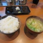 まくり屋 - 次にご飯とスープそして焼肉のタレが運ばれて来ました、スープはポタージュか味噌汁が選べましたが私は味噌汁を選んでみました。