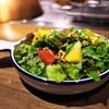 グリル ア ターブル - 料理写真:パクチーのサラダ。香りは軽くしてあり、玉ねぎとリンゴのドレッシングが爽やかで食べやすい。