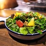 グリル ア ターブル - パクチーのサラダ。香りは軽くしてあり、玉ねぎとリンゴのドレッシングが爽やかで食べやすい。