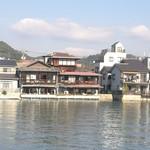 魚信旅館 - 海からです。二軒相当だったんだ。