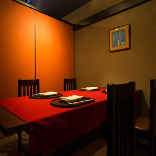 ゆったり広めの品格ある個室で、和のおもてなしを堪能。