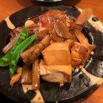 76102182 - ◆金目鯛かぶと煮(950円):◎                       金眼の他に、よく味の染みた牛蒡・豆腐も盛られてます。                       金目は食べる部分は少ないものの、臭みはなく味付けは抜群。                       また牛蒡と豆腐にも旨味が染み込んでおり、美味しいです。