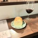 立ち飲みビストロ 神田マルニ - ワインメンオブゴッサム 500円 お通しパン400円