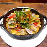 バルネア グリル - かきの鉄鍋炊き込みご飯(サラダ付¥1000)。南部鉄器を使った、和洋折衷パエリア