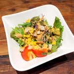 バルネア グリル - セットのサラダは、サウザンアイランドドレッシングが本格的な味わい! 脇役まで手抜き無し