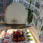 コーヒープリンス3号店 - ベリベリワッフル、窓際のカウンター席にて、お日さまがまぶしい~、