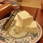 もつ繁 - 投入した豆腐。