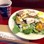 ル・クロワッサン - 「10種の野菜のパンサラダモーニング」(コーヒーと合わせて500円)。