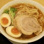 絢 - 「半熟煮たまご醤油ラーメン」(800円)+「豚ほぐし」(100円)