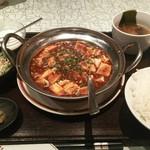 76151825 - 麻婆豆腐定食のセット内容全景。