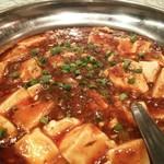 76151828 - めずらしくステンレス製鍋に載ってきた麻婆豆腐。来た瞬間から花椒の香りが....