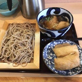 比内蕎麦 平戸庵 - 冷たいきつねそばといなり寿司。 合計で税込780円。 美味し。