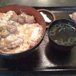 千鳥 - もつ親子丼(750円)