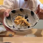 味あら井 - 山国川津蟹の味噌とシャリを合わせます
