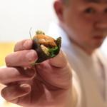 味あら井 - 山国川津蟹の味噌とシャリ&雲丹を紫蘇で巻き提供です。