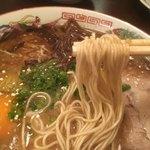 山形屋西洋酒場 - 熊本風豚骨ラーメン 麺リフト〜(*^▽^*)❤️