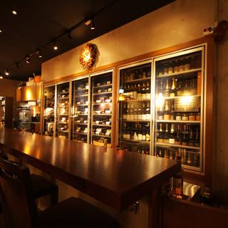 カウンター越しに眺める、数百もの銘柄が立ち並ぶワインセラー
