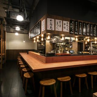 中央には客席が厨房をぐるりと囲むコの字型のカウンター席。