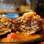 76163083 - 吊るし熟成牛のハンバーグ(50gUP無料・ライスお替り自由) 900円                       ガーリックトマトミモレットチーズソース