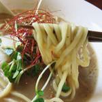 嵐坊 - スープがよく絡む中太の平打ち麺。