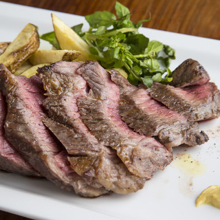 毎日港から届く新鮮な魚介や炭火で豪快にグリルされるお肉!!