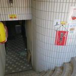 台湾ラーメン 味世 - 店舗への階段