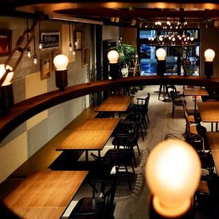 お洒落な店内は、ご友人とのお食事や貸切パーティーにも最適。