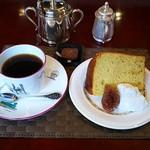 ミニヨン・ローズ - 自家製シフォンケーキ+珈琲のセット(920円)
