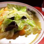 中華三原 - 豚肉・キャベツ・人参・きくらげ・チンゲン菜・もやし。やや多めの油で炒められる